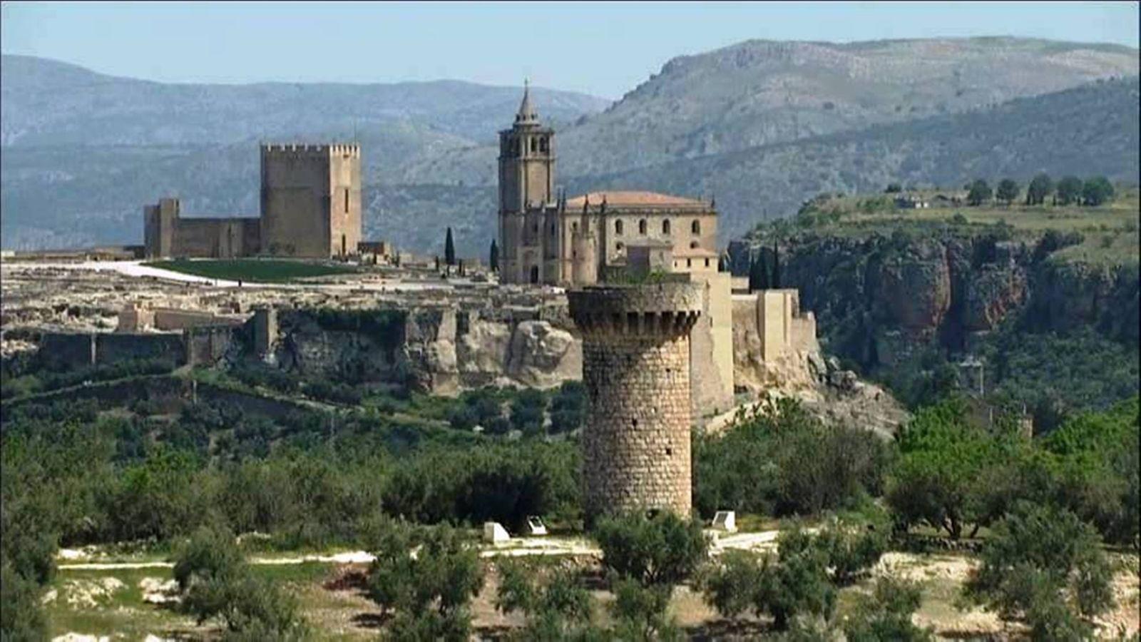 Alcal la real vista a rea fortaleza de la mota hotel for Piscina cubierta alcala la real