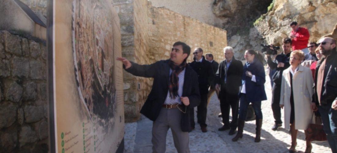 Autoridades locales visitan las murallas rehabilitadas en la Fortaleza de la Mota