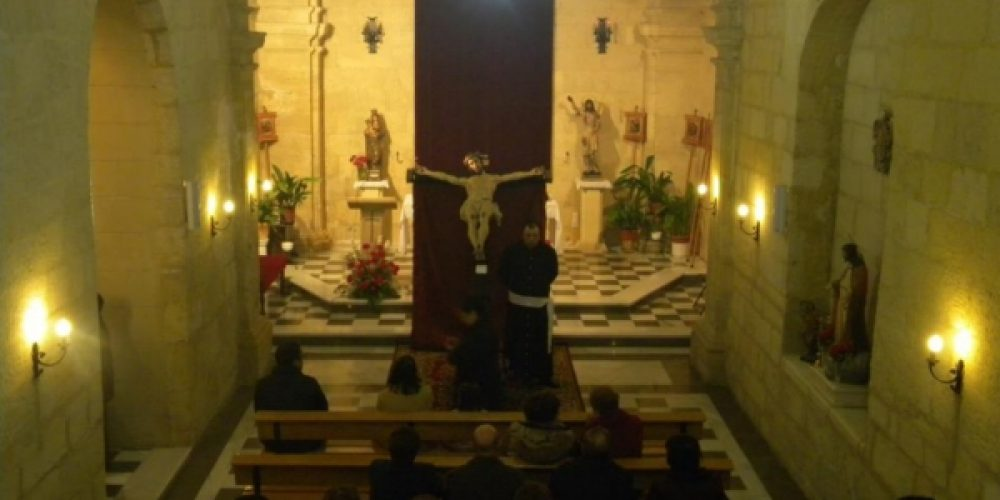 El Vía Crucis se tuvo que celebrar dentro de la iglesia de San Juan